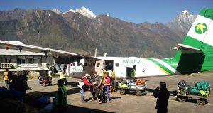 Tara Air Kleinflugzeug in Lukla Nepal (Der Flughafen von Lukla und Flug nach Kathmandu)