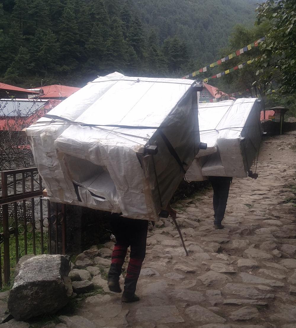 Träger mit schweren Möbeln in Nepal