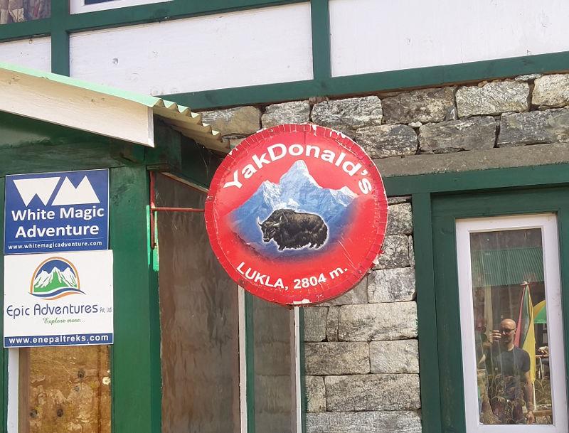 YakDonalds Schild in Lukla Nepal
