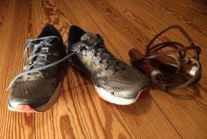 Turnschuhe und Springseil als Symbol für Sport als meinen Zweck der Existenz kurz ZDE (Mein Zweck der Existenz – Mein ZDE)