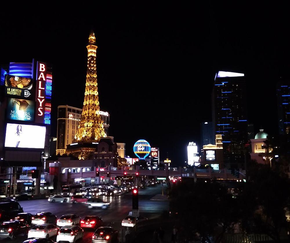 Las Vegas bei Nacht mit dem Eiffelturm vom Kasino Paris