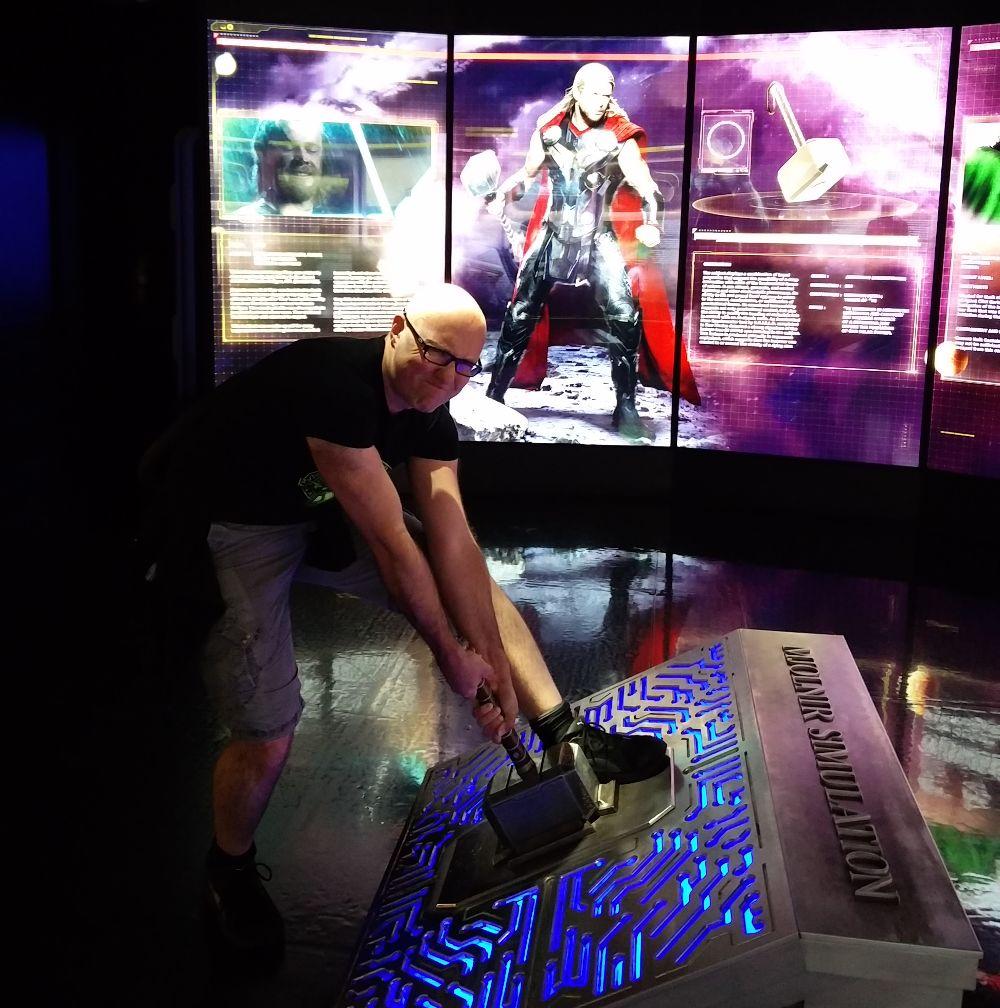 Ich versuche Thors Hammer den Mjolnir zu heben -in der Marvel Avengers Station in Las Vegas