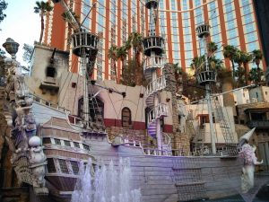 Piratenschiff vor dem Treasure Island in Las Vegas (In der Marvel Avengers Station und im Cirque du Soleil)