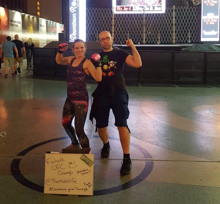 Posieren mit The Mob Wife auf der Fremont Street in Las Vegas