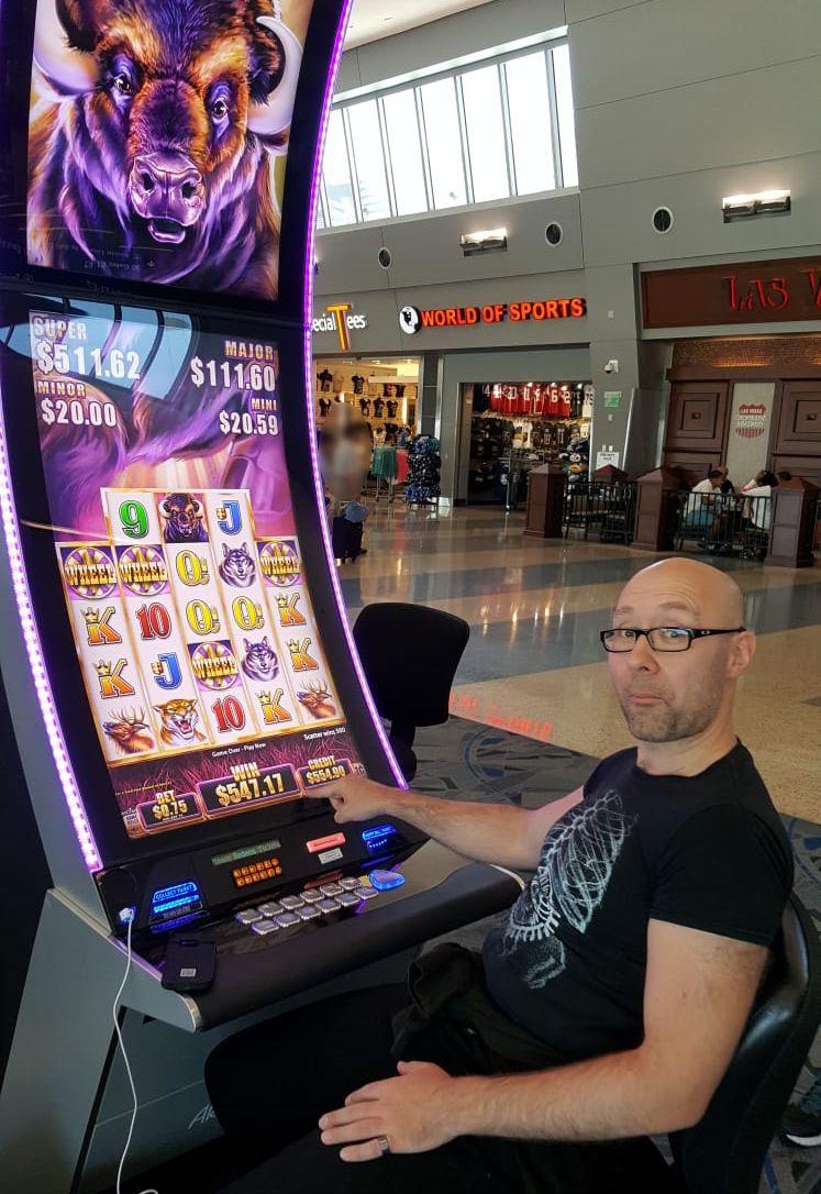 Nach dem Gewinn am Buffalo Automaten am Flughafen von Las Vegas