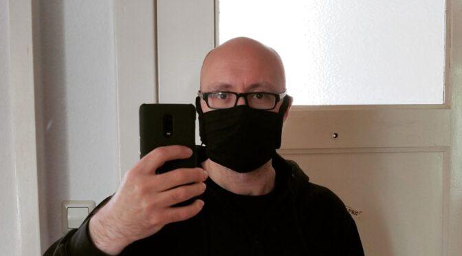 Selfie mit selbst genähter Maske für die Corona-Pandemie