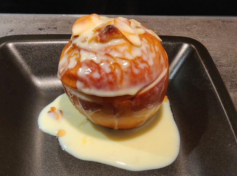 Klassischer Bratapfel mit Marzipan und Vanillesoße am Weltbratapfeltag 2020